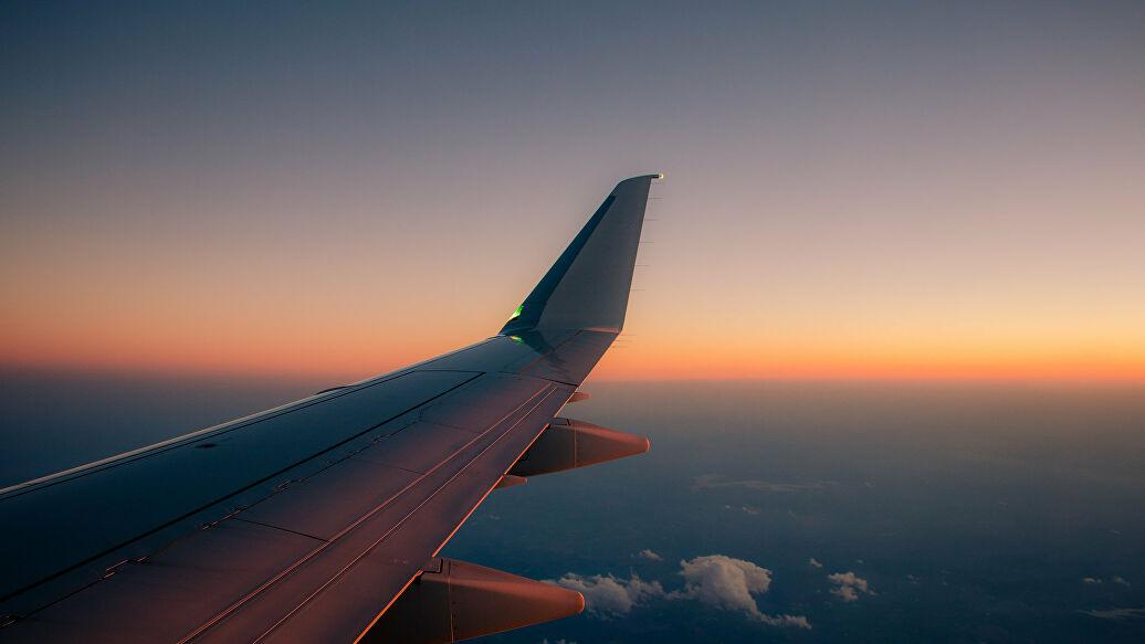 Самолет в вечернем небе. Фото из интернета