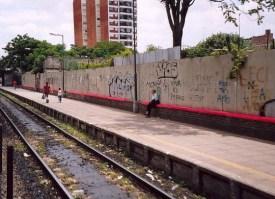 Intervención de un banco con peluche en la estación de Chacarita