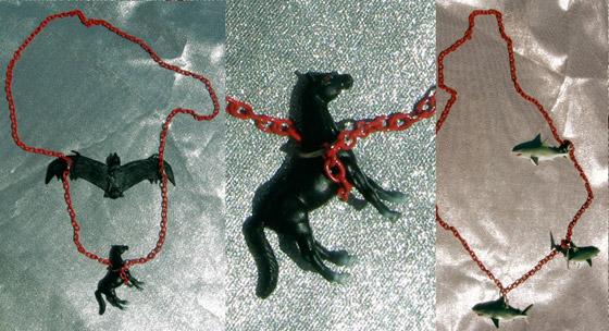 Accesorios con caballos y murciélagos de plástico de Polychromatico