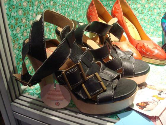 Plataformas con tiras de cuero negro de Huija - Primavera Verano 2009/2010 - BAF Week