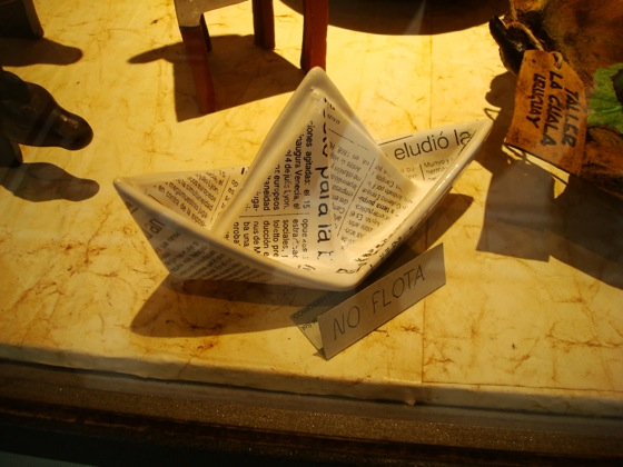 Barquito de cerámica en una tienda en Colonia, ¡No flota!