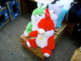 Muñecos de peluche en la Feria Tristán Narvaja