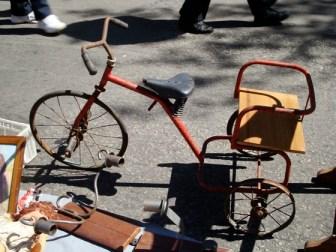 Triciclo de película de terror en la Feria Tristán Narvaja
