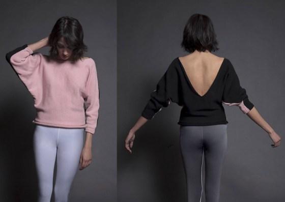 Sweater rosa simple con mangas caidas. Foto.