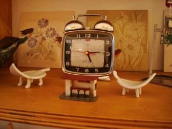 Relojes y pequeñas cerámicas
