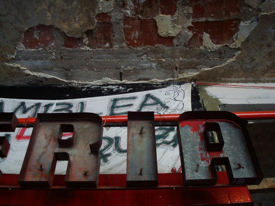 El cartel interior de la antigua pizzería que funcionaba en el edificio. Foto.