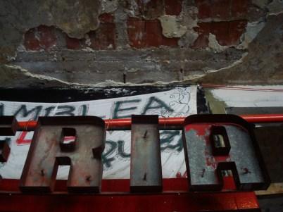 El cartel interior de la antigua pizzería que funcionaba en el edificio