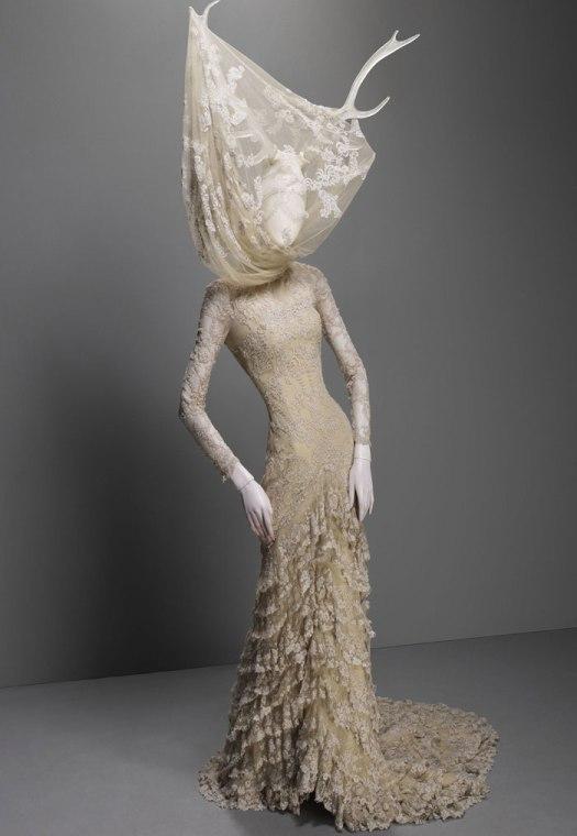 Vestido de la colección Widows of Culloden, en referencia a los levantamientos Jacobinos (2006-2007). Foto.