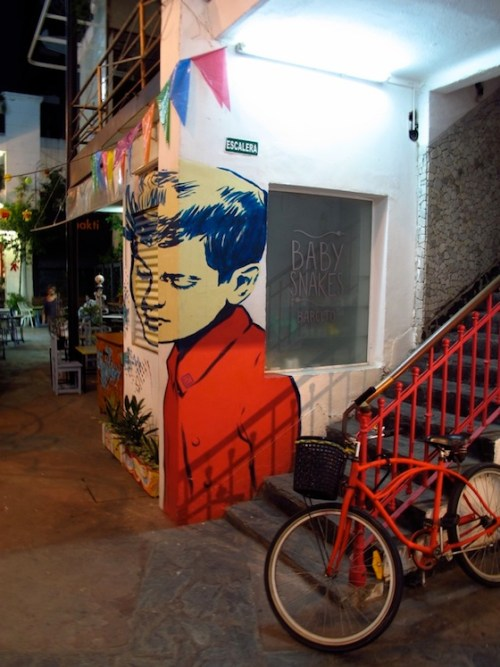 Foto de una pintura de Diego Roa en el local de Baby Snakes de Patio del Liceo. Foto.