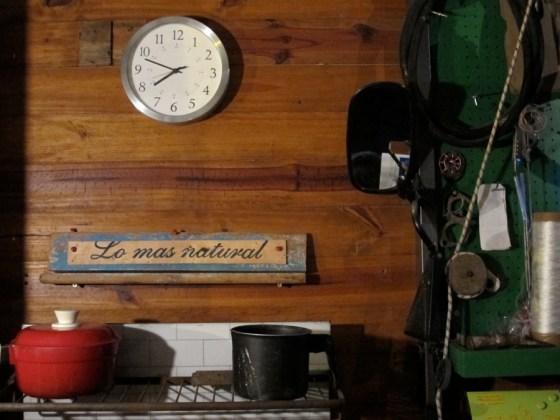 Detalle de la cocina con un fragmento de cajón de verduras. Foto.