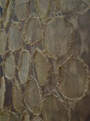 Hojas moneda disecadas y tejidas con croché por artesanos del proyecto Flor do Cerrado, Brasilia, en la misma expo del SESC Pompeia