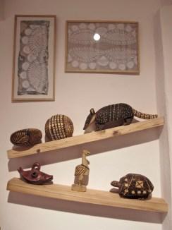 Tallas en madera y bordados sobre telas