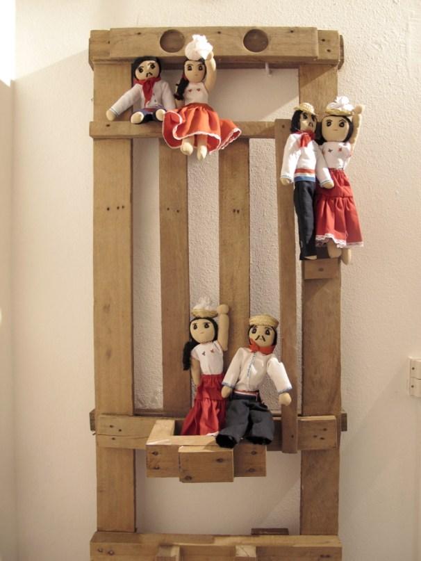 Muñecos de tela hechos por mujeres del Taller de Santa María de Fe
