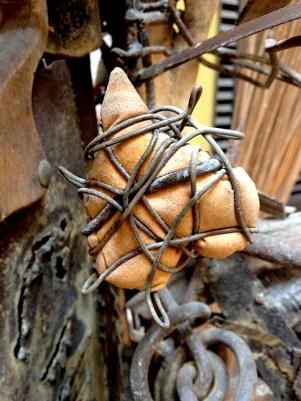 Fragmento de una escultura con descartes de hierro. Foto