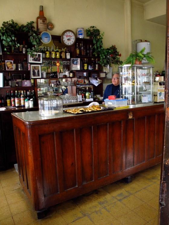 Mostrador del bar con Luis Escobar, dueño. Foto