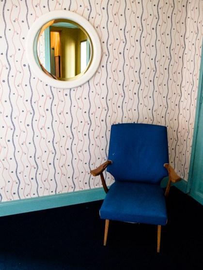 Sillón retro en la habitación suite en Mundo Dios. Foto