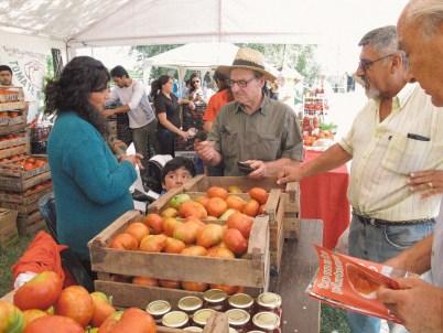 Productores vendiendo en la Fiesta del Tomate Platense. Foto