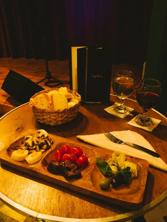 La picada y vino de la cena de Los Notables. Foto