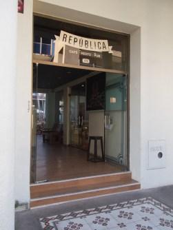 Entrada a la tienda y café República en Santa Cruz. Foto