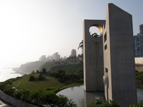 Escultura sobre el malecón de Lima. Foto
