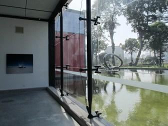 Vista del interior de las salas del MAC a los jardines. Foto