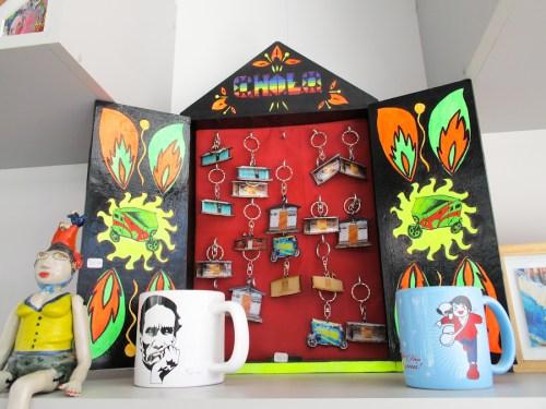 Tazas de Cherman y llaveros 'Cholo' en la tienda del MAC. Foto