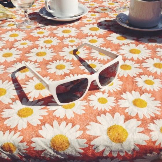 Anteojos sobre la mesa floreada de Las Damas. Foto