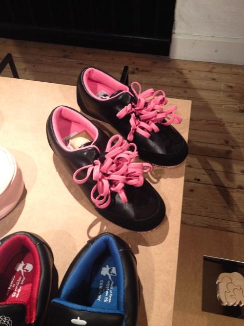 Zapatos con múltiples cordones en Form/Design en Malmo. Foto