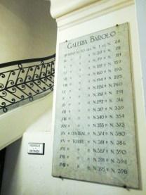 Placas de indicación de las oficinas del Barolo. Foto