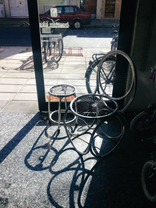 Silla con ruedas en bicicletería Busato. Foto