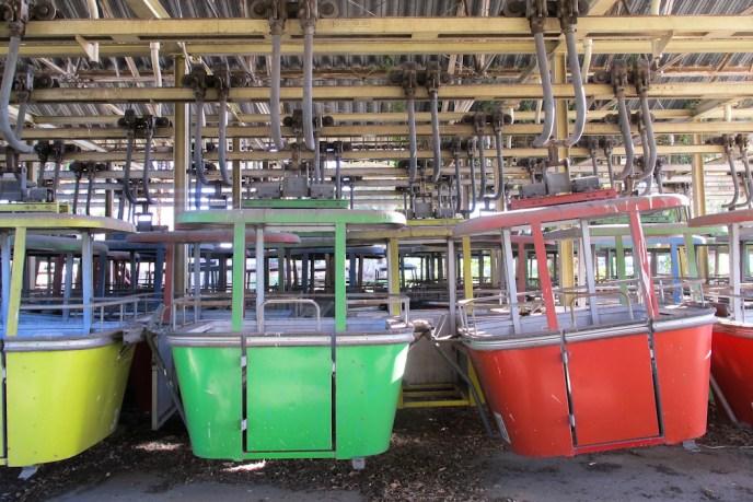 Carritos del antiguo teleférico del Parque de la Ciudad. Foto