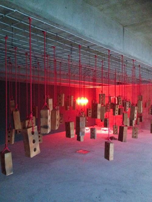 Instalación de Kendel Geers 'Pieza colgando'. foto