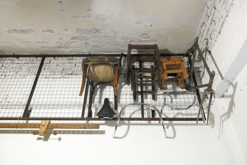 Sillas recuperadas, fuente de madera. Foto