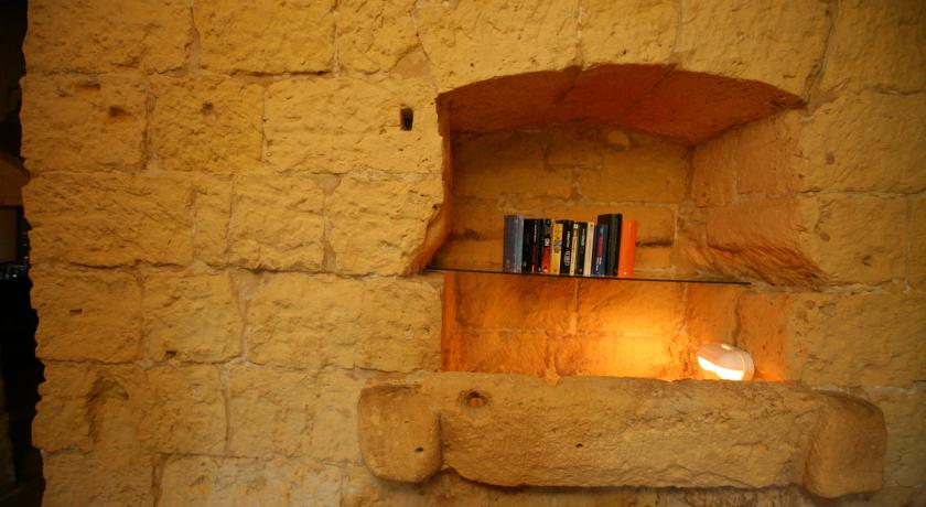 -this-has-been-blocked-off-and-the-inner-space-utilised-as-a-book-shelf