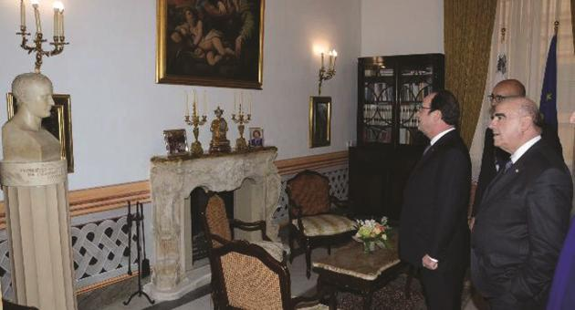 -French-President-Francois-Hollande-views-the-bedroom-where-Napoleon-Bonaparte-slept-for-one-night-while-briefly-in-Malta