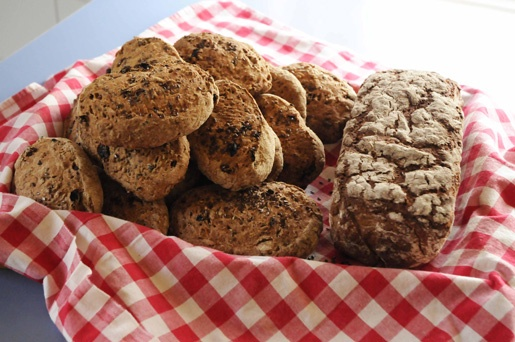 Various breads and cookies await you at Pettas