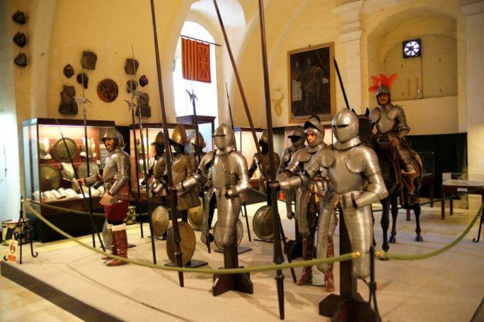 MalDia Suits of armour on display