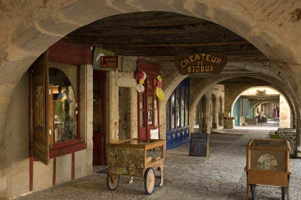 Sauveterre de Rouergue shop under the arches