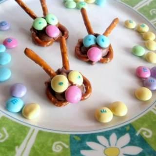 Kids in the Kitchen – Easter Bunny Pretzel Treats