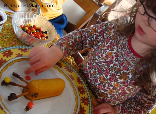 Thanksgiving Snack for Kids to Make - Turkey in the Straw Treats at B-Inspired Mama