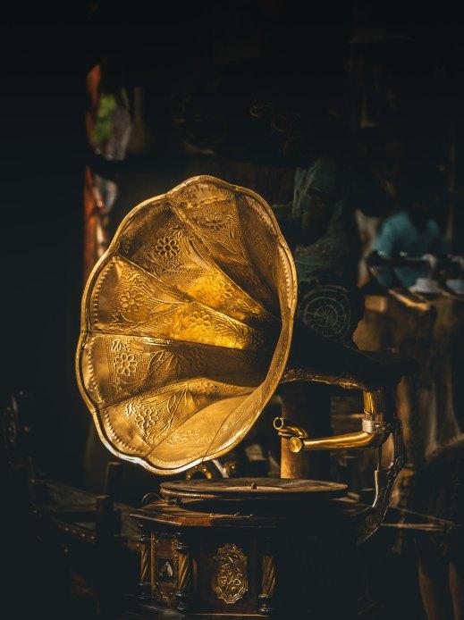 Ein antikes, goldenes Gramophone mit dunklem Hintergrund.