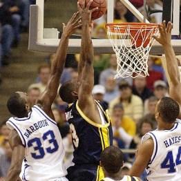 Dwyane Wade au dunk lors de la finale régionale 2003 avec Marquette contre Kentucky (c) AP