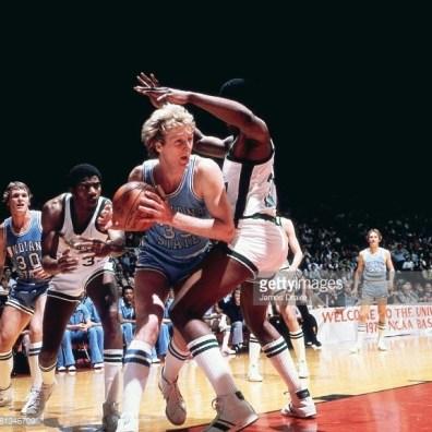 Larry Bird face à un défenseur dans la raquette lors de la finale NCAA 1979 (c) Getty