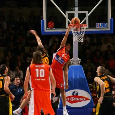 batum au dunk avec le MSB (c) basketactu com