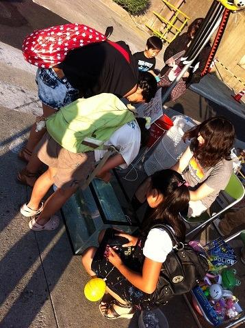 『キャタピラー納涼祭り2012』コイン落とししてる子供