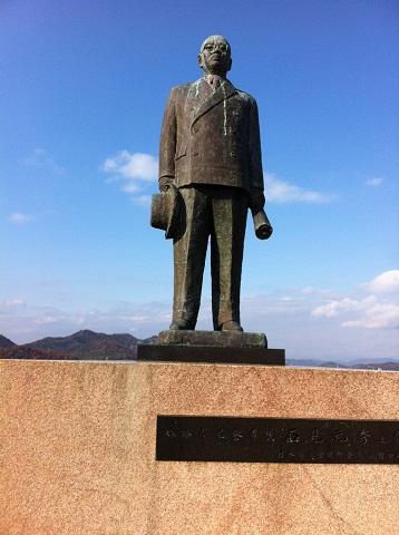 手柄山中央公園 石見元秀の像