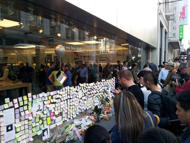 Memorial for Steve Jobs at Apple Store in SF_2