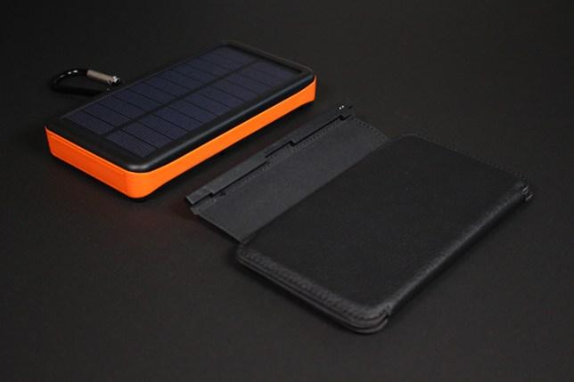 5Star ソーラーチャージャー 25000mAh モバイルバッテリー-ソーラーパネルを取り外す