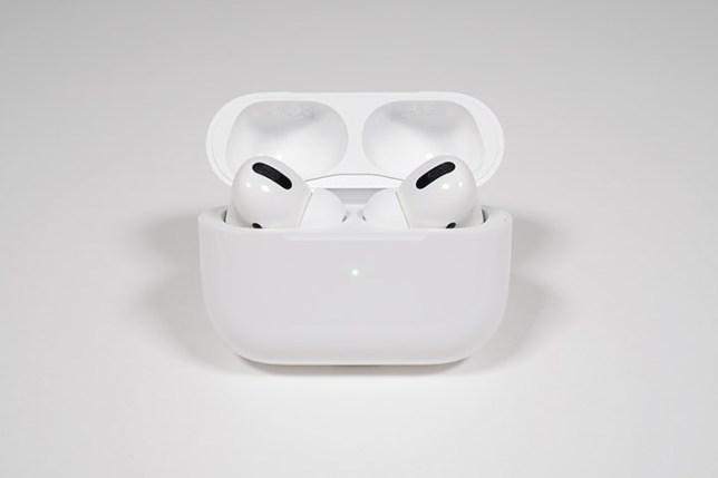 Apple AirPods Pro ケースのふたを開けた状態-正面