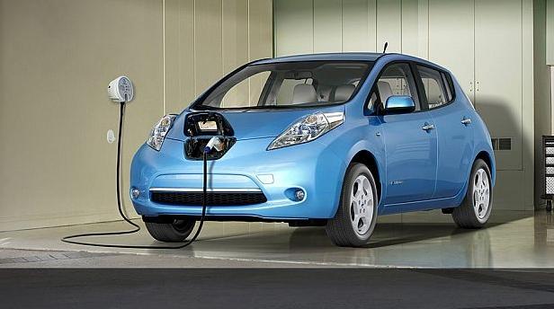 Masina electrica in culoarea albastra pusa la incarcat
